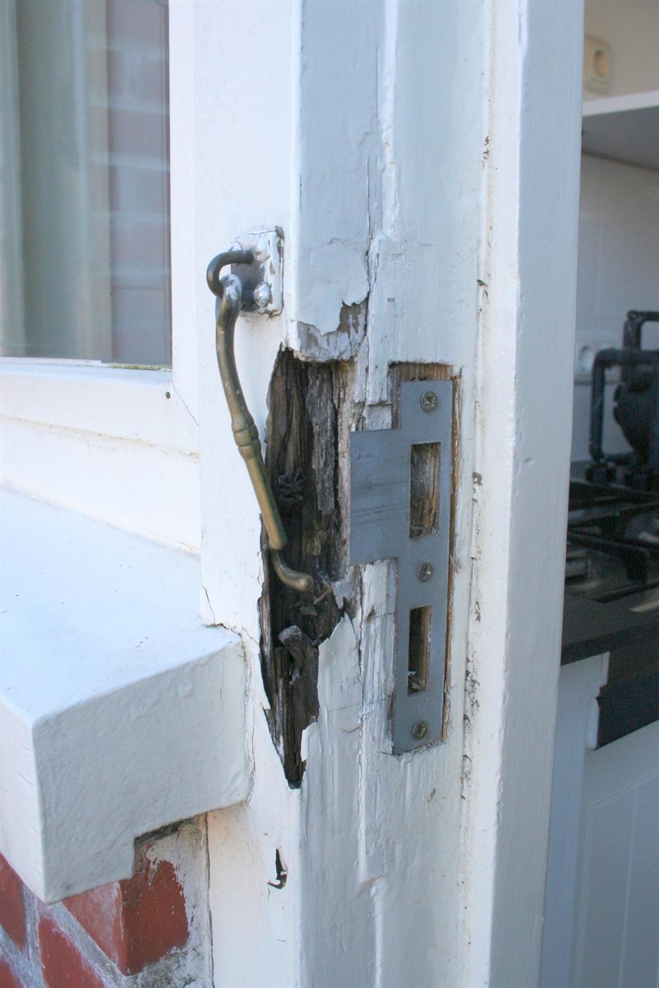 Houtrotreparatie deurkozijn te Groningen