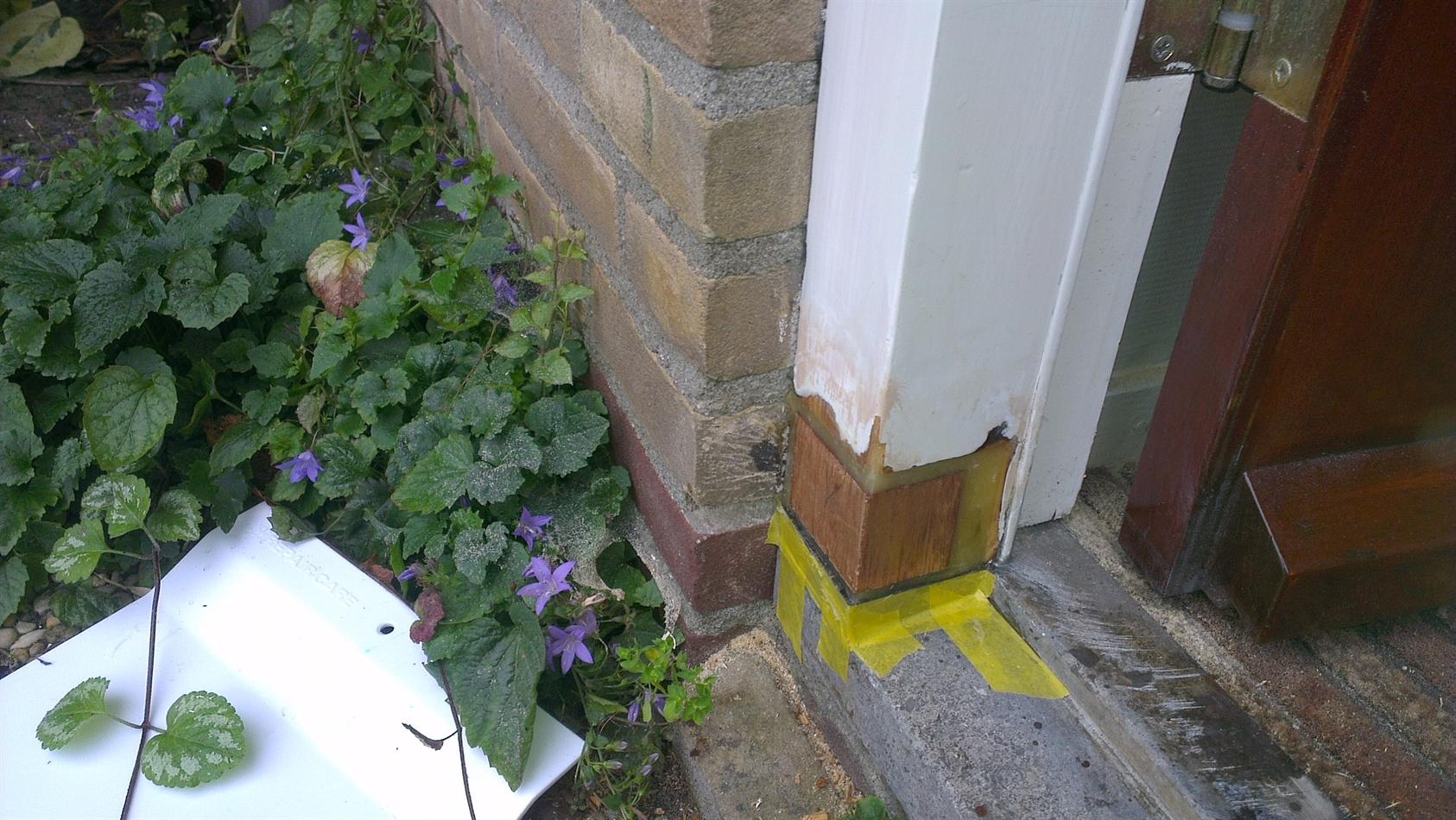 Kleine houtrotreparatie aan de deurpost